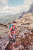 Muchacho que va de excursión en las montañas Fotos de archivo libres de regalías