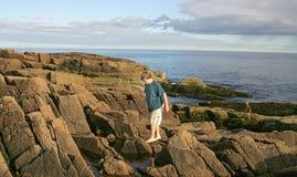 Muchacho que va de excursión en las rocas Fotos de archivo libres de regalías