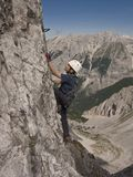 Muchacho que va de excursión en montañas Fotos de archivo