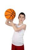 Muchacho que va a lanzar una bola del baloncesto Fotos de archivo