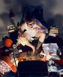 Muchacho que ve la TV y que come microprocesadores en silla. Fotos de archivo libres de regalías
