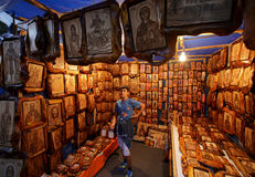 Muchacho que vende iconos Imágenes de archivo libres de regalías