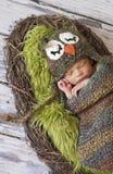 Muchacho recién nacido con el sombrero del buho Fotografía de archivo libre de regalías