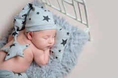 Muchacho recién nacido dulce en pequeño dormir de la choza Imagenes de archivo