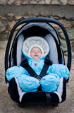 Muchacho recién nacido que duerme en el asiento de carro Fotografía de archivo libre de regalías