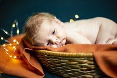 Muchacho recién nacido que miente en una cesta fotos de archivo libres de regalías