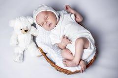 Muchacho recién nacido que miente en una cesta imágenes de archivo libres de regalías