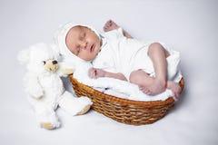 Muchacho recién nacido que miente en una cesta fotografía de archivo libre de regalías
