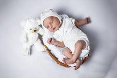 Muchacho recién nacido que miente en una cesta foto de archivo libre de regalías