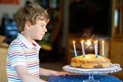 Muchacho rubio feliz adorable del niño que celebra su cumpleaños Fotografía de archivo