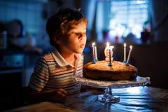 Muchacho rubio feliz adorable del niño que celebra su cumpleaños Imagenes de archivo