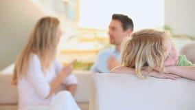 Muchacho rubio triste que oye su discusión de los padres almacen de metraje de vídeo