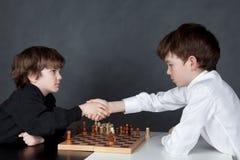 Muchacho serio dos que juega al ajedrez, estudio Imagenes de archivo
