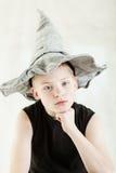 Muchacho serio que lleva el sombrero acentuado gris Fotografía de archivo