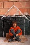 Muchacho sin hogar joven foto de archivo
