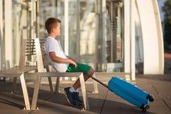 Muchacho solo del niño que espera en la estación de tren imágenes de archivo libres de regalías
