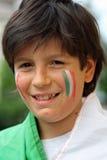 Muchacho sonriente agradable con la bandera antes del partido de fútbol del mundial Imagen de archivo libre de regalías
