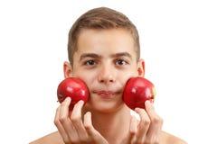 Muchacho sonriente alegre con la manzana roja, aislada en blanco Fotos de archivo libres de regalías