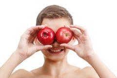 Muchacho sonriente alegre con la manzana roja, aislada en blanco Imagen de archivo