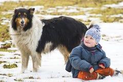 Muchacho sonriente con el perro de animal doméstico Imágenes de archivo libres de regalías