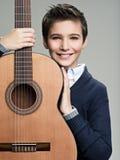 Muchacho sonriente con la guitarra Fotografía de archivo