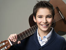 Muchacho sonriente con la guitarra Imágenes de archivo libres de regalías