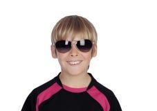Muchacho sonriente con las gafas de sol de moda Imagen de archivo