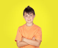 Muchacho sonriente con los brazos cruzados Imagen de archivo libre de regalías