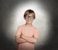 Muchacho sonriente con los vidrios fotografía de archivo libre de regalías