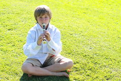 Muchacho sonriente con una flauta Imágenes de archivo libres de regalías