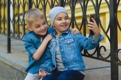 Muchacho sonriente del niño que toma el selfie al aire libre Niñez Imágenes de archivo libres de regalías