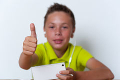 Muchacho sonriente del tween que usa su smartphone Fotografía de archivo libre de regalías