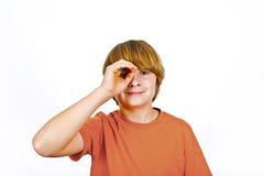 Muchacho sonriente en camisa anaranjada Imagen de archivo