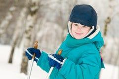 Muchacho sonriente en el bosque del invierno Fotos de archivo libres de regalías