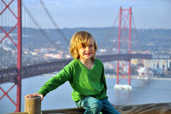 Muchacho sonriente en el puente Foto de archivo