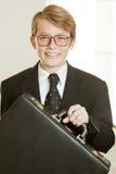 Muchacho sonriente en el traje de negocios que sostiene la cartera Fotos de archivo libres de regalías
