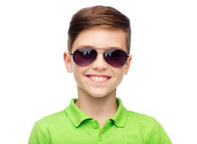 Muchacho sonriente en gafas de sol y camiseta verde del polo Foto de archivo libre de regalías