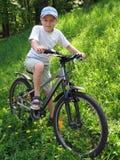 Muchacho sonriente en la bicicleta Imagen de archivo libre de regalías