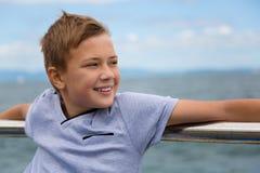 Muchacho sonriente en la 'promenade' por el mar Fotografía de archivo