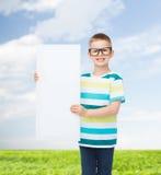 Muchacho sonriente en lentes con el tablero en blanco blanco Imagen de archivo libre de regalías