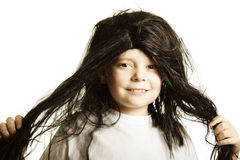 Muchacho sonriente en peluca Fotografía de archivo libre de regalías