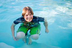 Muchacho sonriente en piscina Foto de archivo
