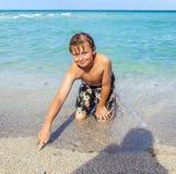 Muchacho sonriente en una playa tropical Fotografía de archivo libre de regalías