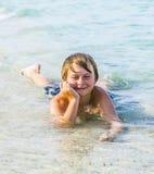 Muchacho sonriente en una playa tropical Fotografía de archivo