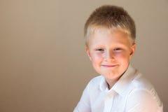 Muchacho sonriente feliz Fotos de archivo libres de regalías