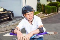 Muchacho sonriente feliz con el casco Foto de archivo