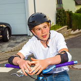 Muchacho sonriente feliz con el casco en su bici Imagen de archivo