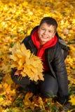 Muchacho sonriente feliz con las hojas de otoño Fotografía de archivo libre de regalías