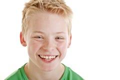 Muchacho sonriente feliz de 12 años aislado Imagen de archivo