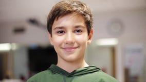 Muchacho sonriente feliz del preadolescente en la escuela metrajes